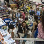 Brasileiros viajam mais de 70 km para comprar roupas e eletrônicos